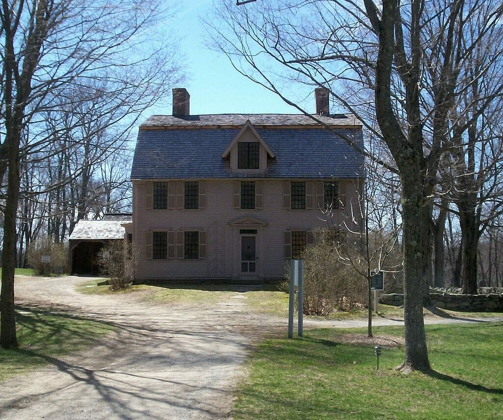 1024px-Old_Manse_from_afar