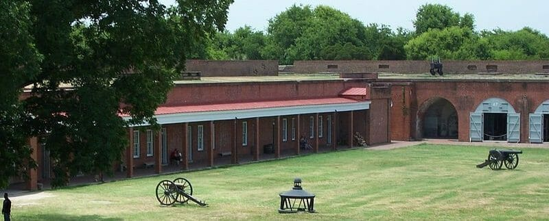 800px-Fort_Pulaski_outside_view